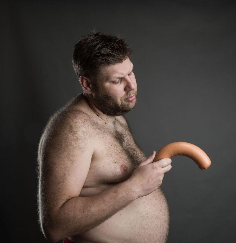 penisul când este erect este îndreptat în jos)