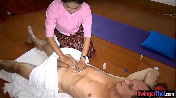 Matura aceasa face masaj erotic unui penis aflat in sculare