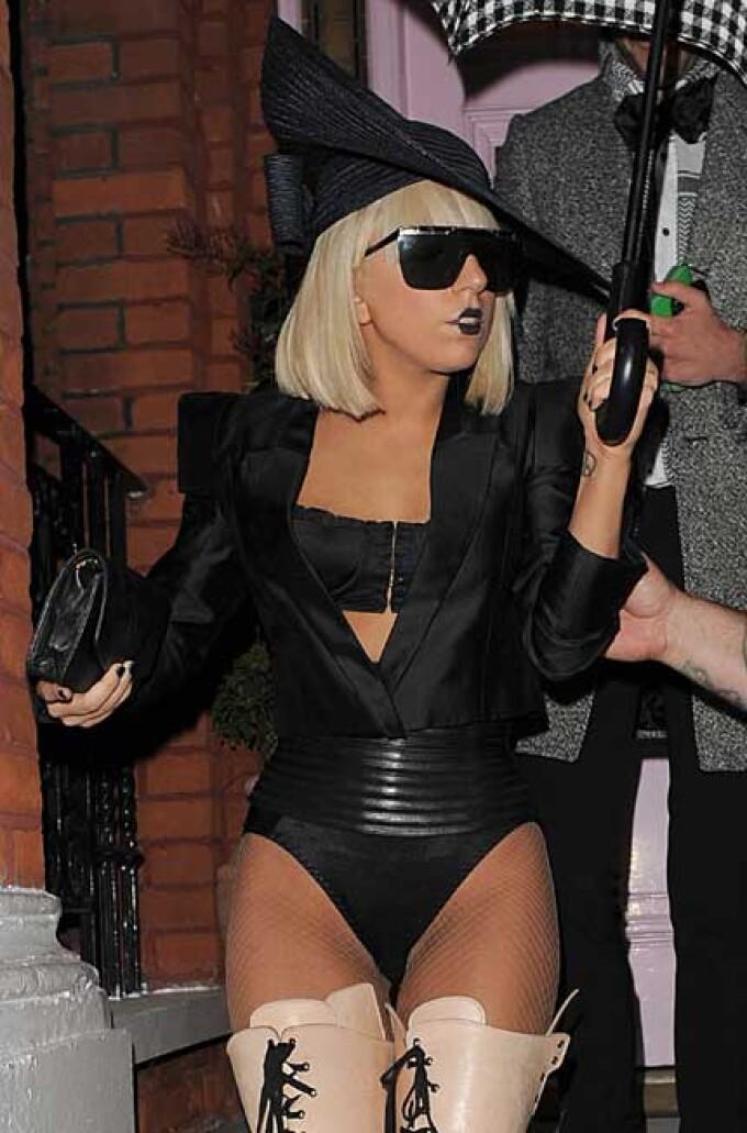 Lady Gaga şochează din nou: pantofi cu toc în formă de penis | Monden/Altfel | UNIMEDIA