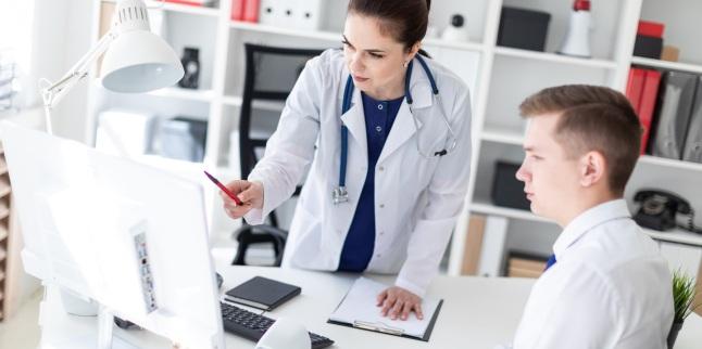 medicul verifică penisul